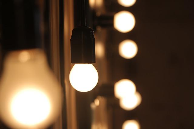 rozsvícené žárovky.jpg