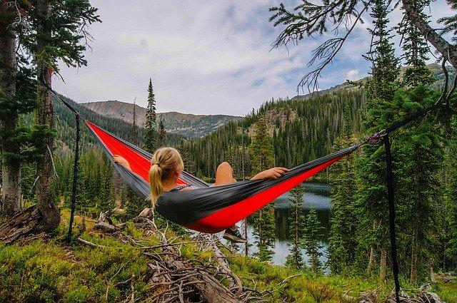 Žena relaxující v houpací síti