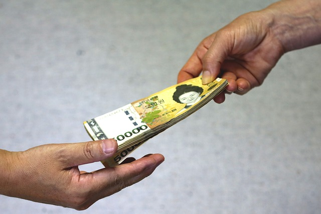 půjčka, bankovky z ruky do ruky
